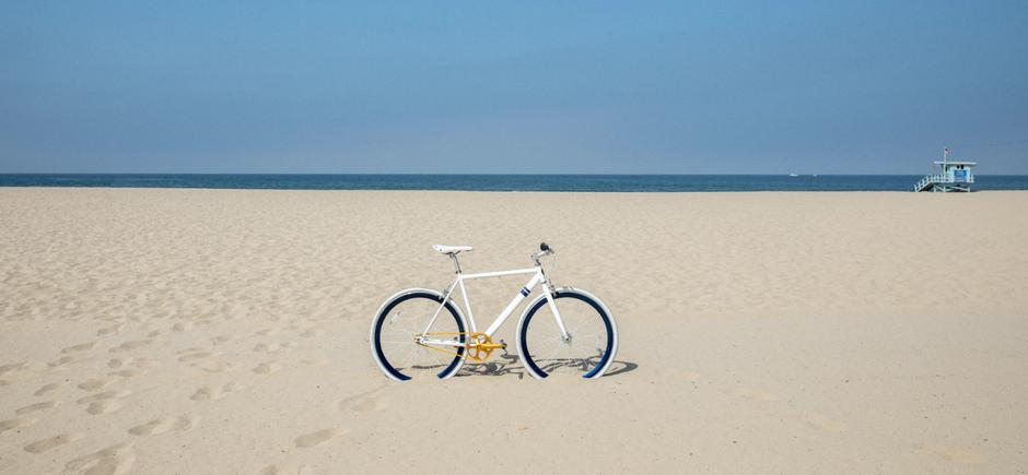vélo blanc sur la plage