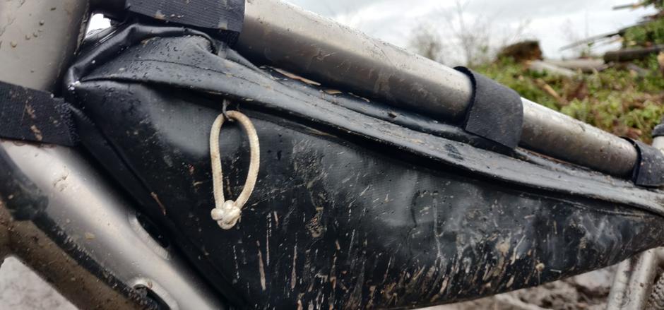 EXCLU : La future sacoche vélo upcyclée à partir de fond de kayaks gonflables, produite en France et taillée sur mesure pour le dernier gravel en titane de chez Triban.