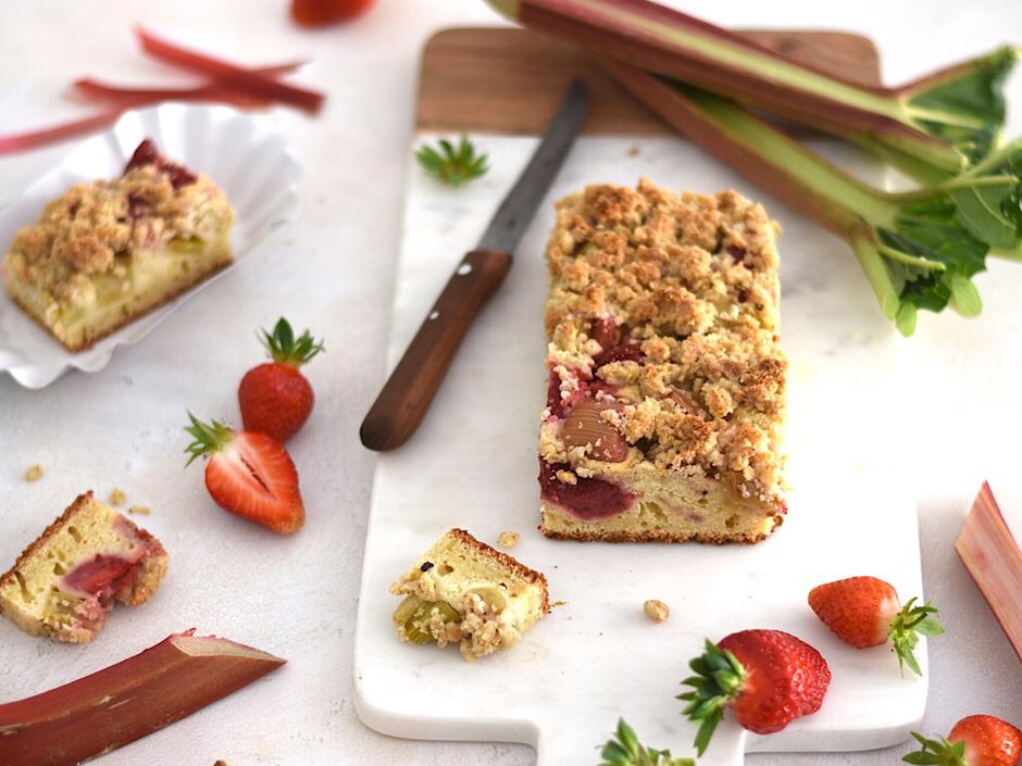 Rhabarber-Erdbee-Streuselkuchen