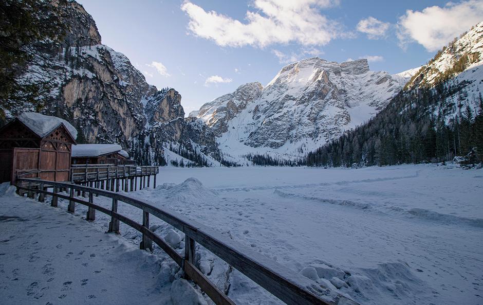 Pragser Wildsee Winterwandern Südtirol Wandern mit Hund Bergurlaub mit Hund