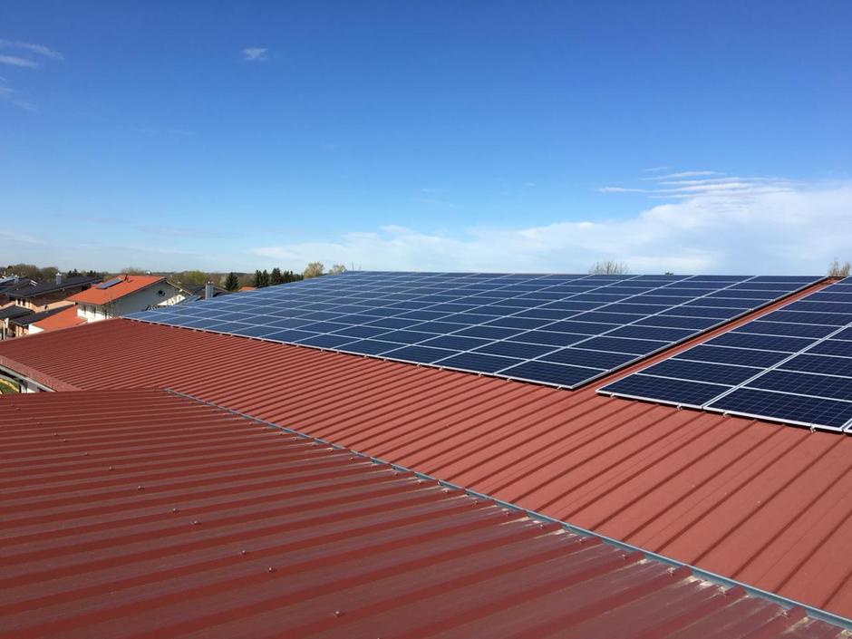 Modulbelegung auf einem Blechdach, unter Beachtung der thermischen Ausdehnungen.