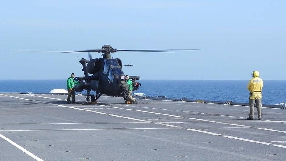 Un AH-129 sul ponte della Garibaldi. (Foto: Marina Militare)