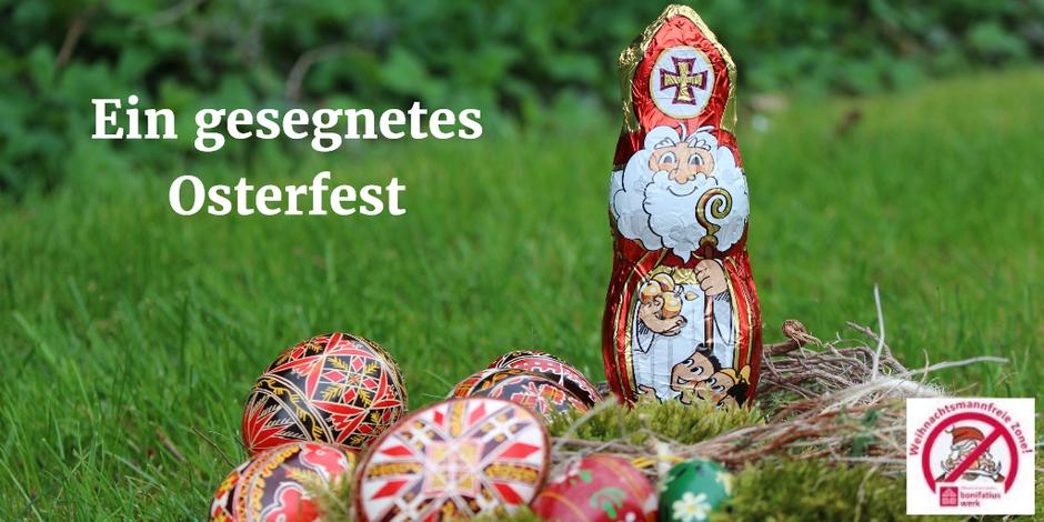 Der Nikolaus steht auf einer grünen Wiese und neben ihm liegen bunte Ostereier.