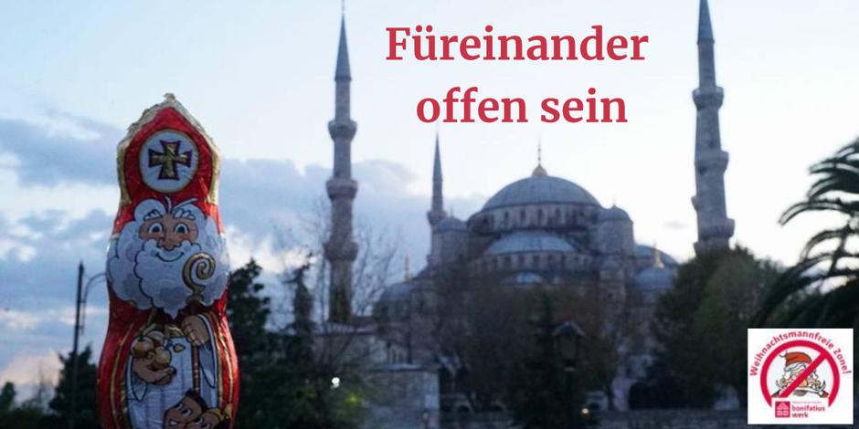 Der Schokonikolaus steht vor der Blauen Moschee in Istanbul. Zu sehen sind drei von den neun Minaretten.