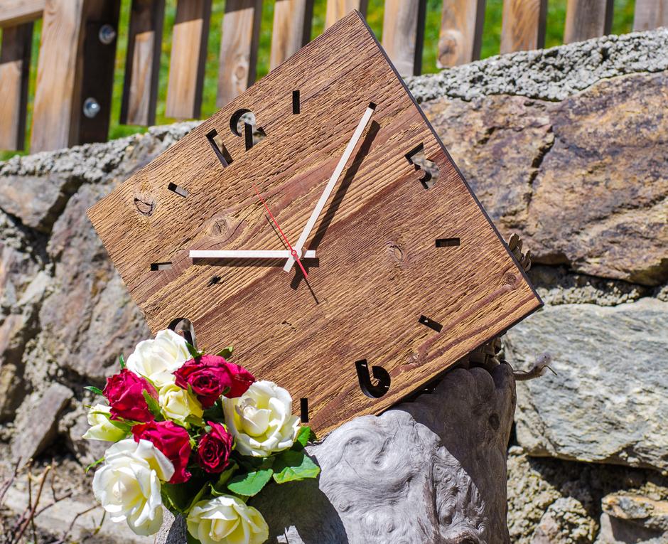 orologi da parete la sua storia holzschmuck aus s dtirol. Black Bedroom Furniture Sets. Home Design Ideas