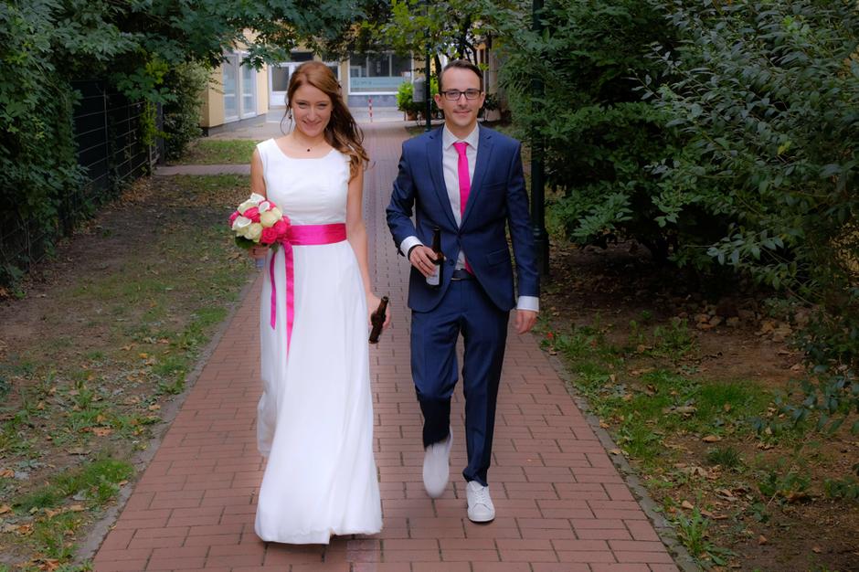 schlichtes Hochzeitskleid aus Baumwolle mit Accessoires in pink