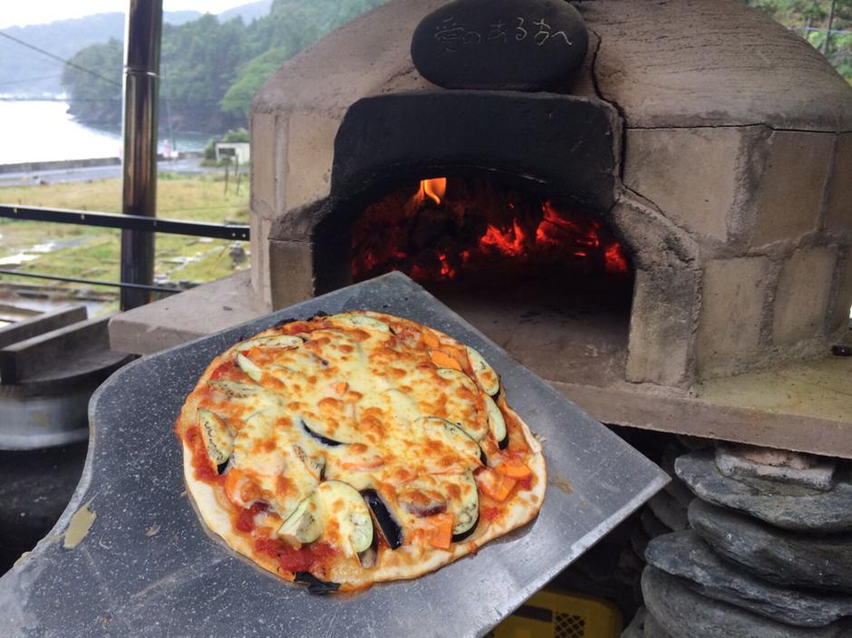 具だくさん、周りはサクサクの、石窯ピザ、完成です!味も抜群^^鹿サラミがいい仕事をしています!