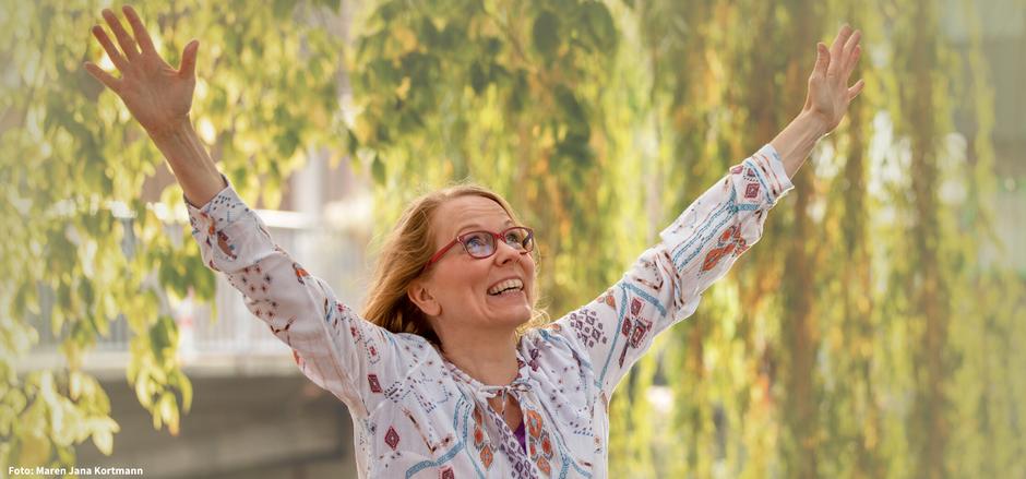 Barbara Dondrup streckt beide Arme in Richtung Himmel und freut sich des Lebens.