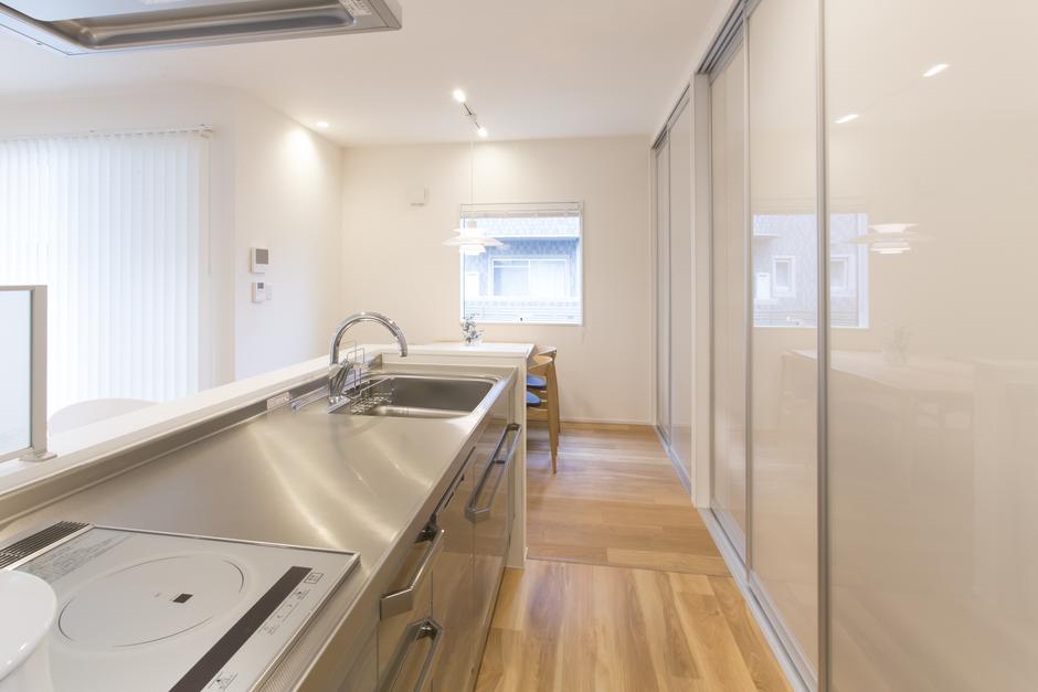 キッチンはパーテーションを使った収納でスッキリ整える。