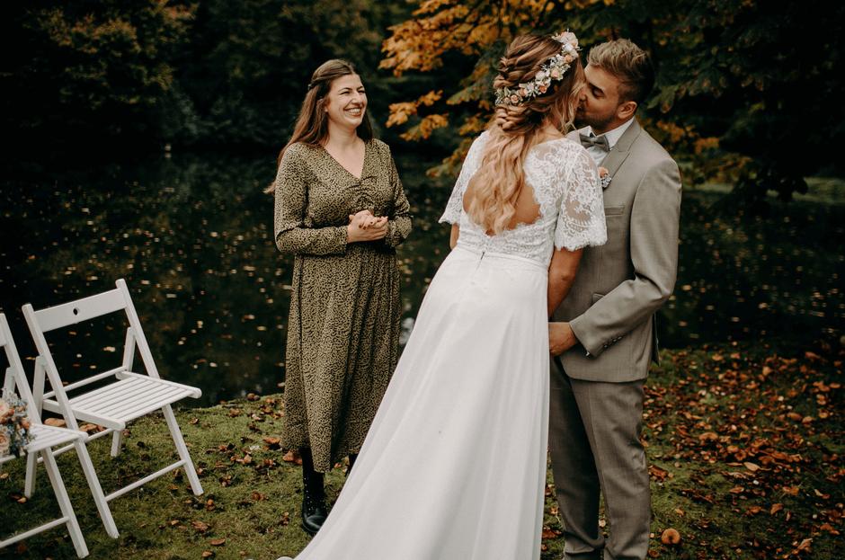 Das Brautpaar küsst sich bei einer freien Trauung mit Luisa Kiskemper.