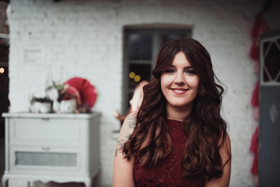 Hochzeitsrednerin Lisa Wötzel von from Philosophy with Love freut sich auf ihre nächste freie Trauung.
