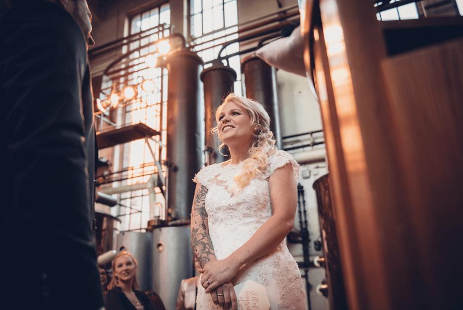 Eine Braut steht im Dujardin. Pascal Skwara Photography