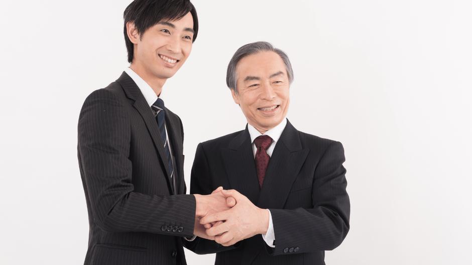 握手する男性ふたり