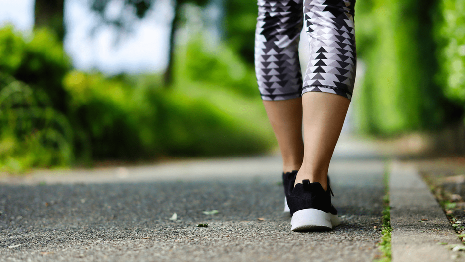 道を歩く女性の足元