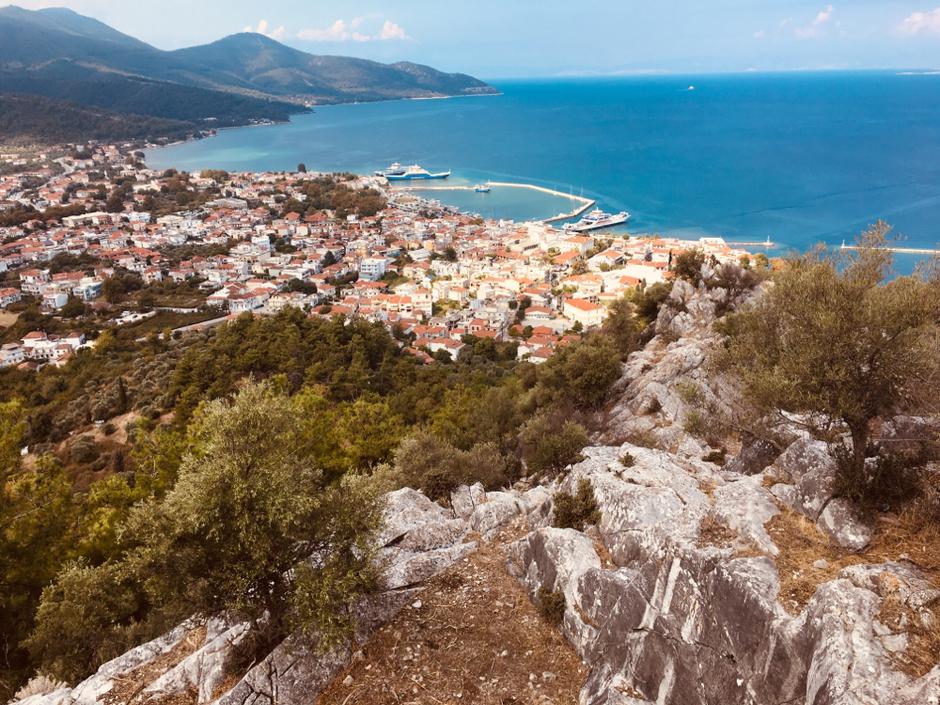 Blick auf Limenas Stadt und Hafen