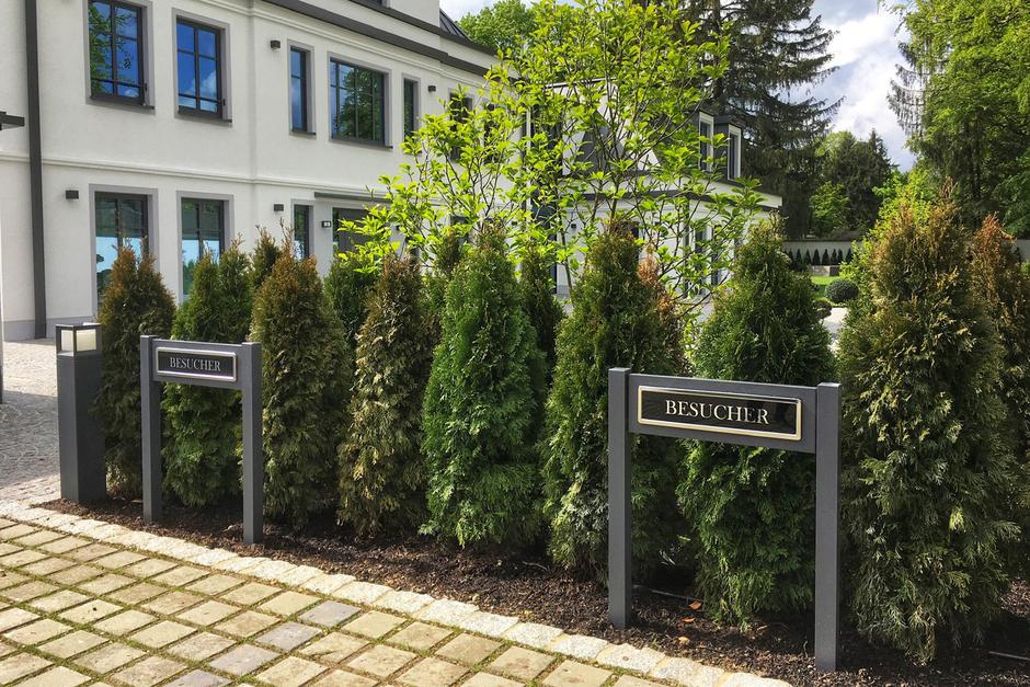 Parkplatzschild, Gästeparkplatz, Fuhrparkschilder und Kundenparkplätze aus Aluminium und Edelstahl sowie Einleger foliert in Acrylglas Parkplatzschild