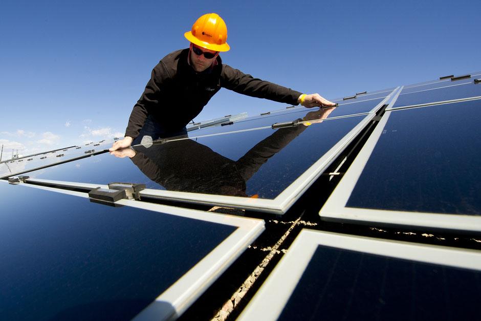 Installation eines Solarpanels auf einem Dach