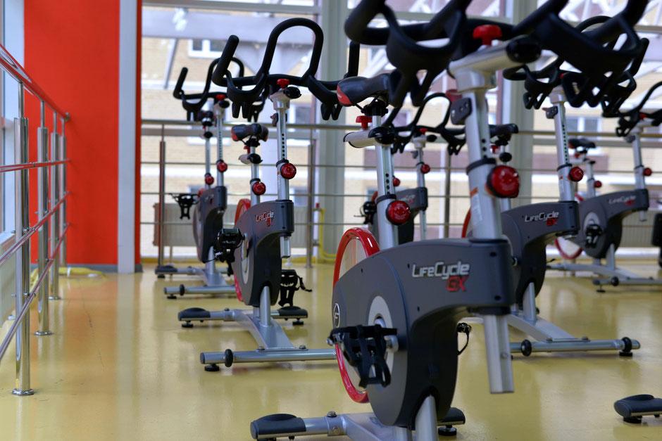 Vélo d'appartement dans salle de sport
