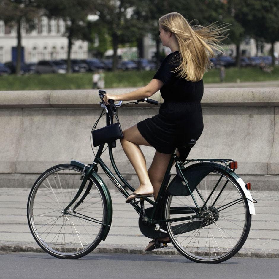 Jeune fille en jupe à vélo by Wikipedia