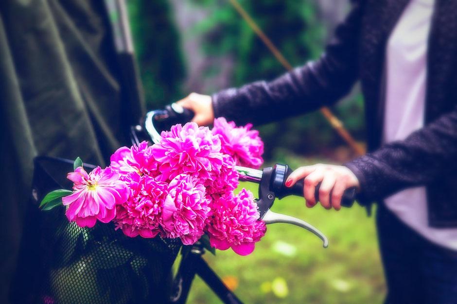 couronne de fleur sur guidon de vélo