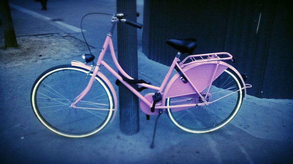 Vélo hollandais rose dans les rues de paris