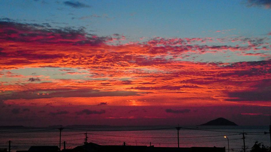 福岡県糸島市、夕日と海の神社 Sunset at shrine in Fukuoka
