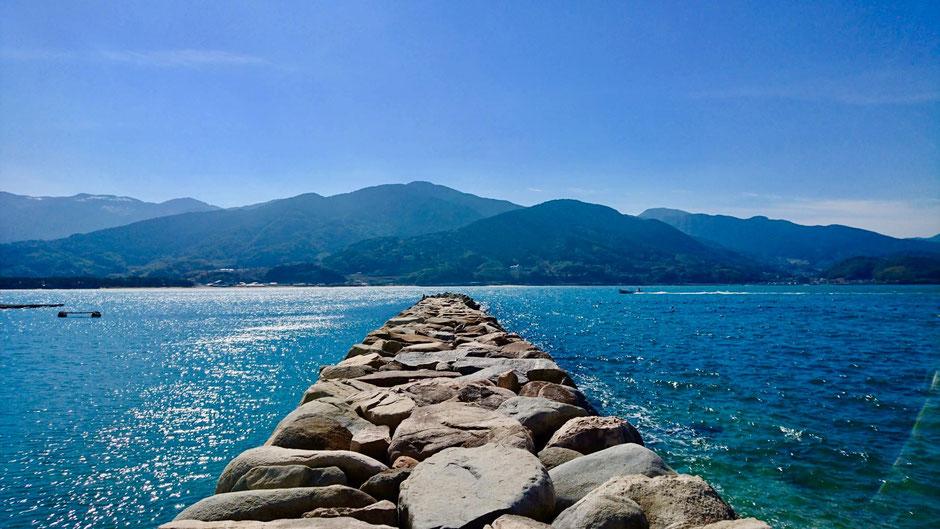 糸島の深江海岸にある深江漁港 3番波止場。 Fukae Fishing Harbor and the sea in Itoshima, Fukuoka
