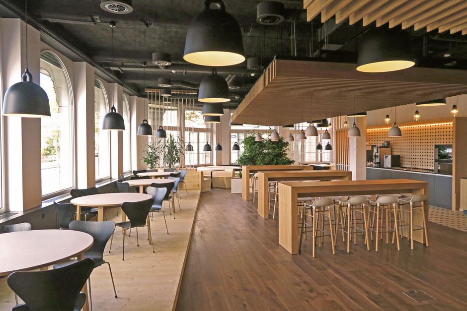 Innenarchitektur Umbau von Design Mitarbeitercaféteria mit Holz und Licht
