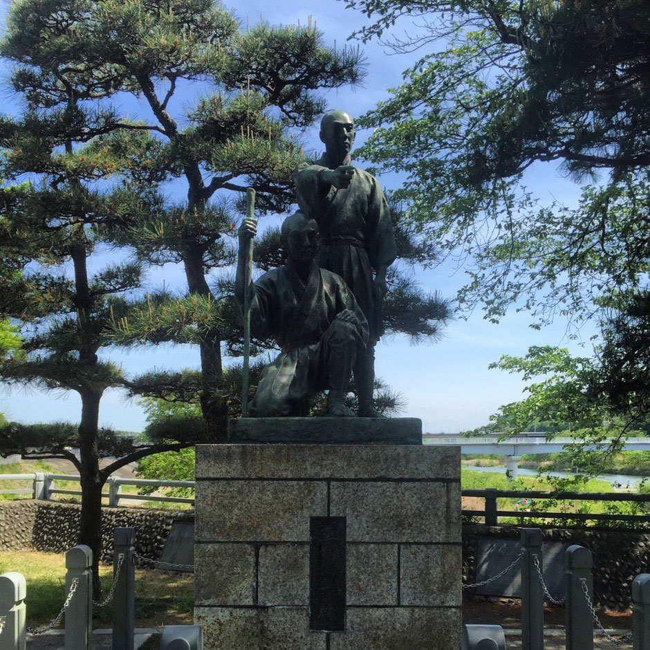 Statue of Tamagawa Brothers (older right younger left) Tokyo Hamura Tamagawajosui aqueduct canal river waterway historical sightseeing tourist spot 玉川兄弟銅像 (右側兄 左側弟) 東京都羽村市 玉川上水 歴史 観光 スポット 多摩観光振興会