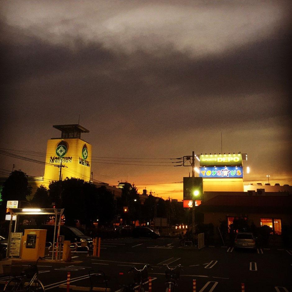 Sunset time at Moritown Tokyo Akishima shopping mall tourist spot TAMA Tourism Promotion - Visit Tama モリタウンとサンセット 東京都昭島市 買い物 ショッピングモール 観光スポット 多摩観光振興会