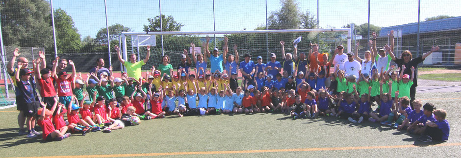 Teilnehmende Mannschaften mit Betreuern und Vorstandschaft des Jugendfußball Fördervereins
