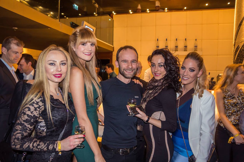 Olga M (Der Bachelor), Sandra M. (Miss Auto Zürich), Mikem Fotograf, Kristina M. (Model), Carmen R. (Der Bachelor). Bild: Martin Walder