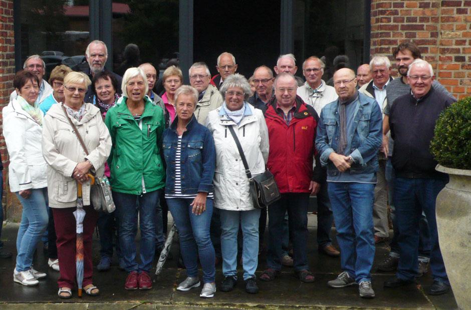 Die Gruppe vor der Brennerei - Foto: Theo Sander