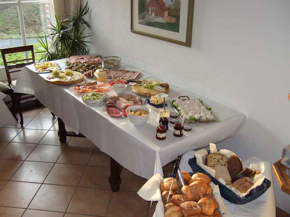 Ein reich gedeckter Tisch mit vielen Köstlichkeiten