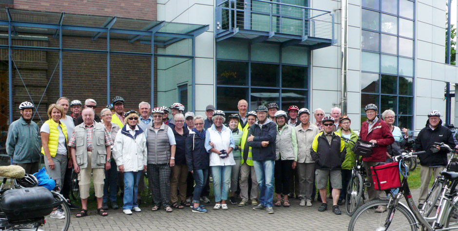 Die Radlergruppe vor dem Museum - Foto: Theo Sander
