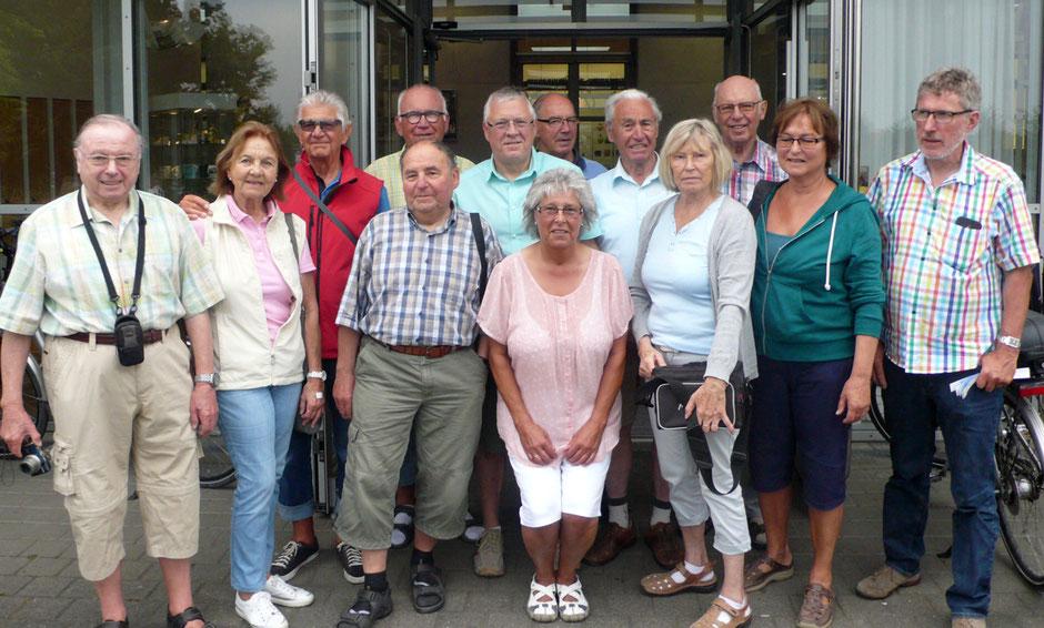 Die Radgruppe vor dem Römermuseum - Foto: Theo Sander