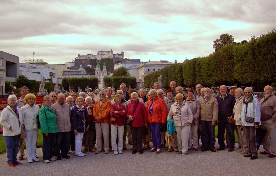 Die Reisegruppe am Schloss Mirabell. Im Hintergrund die Salzburg
