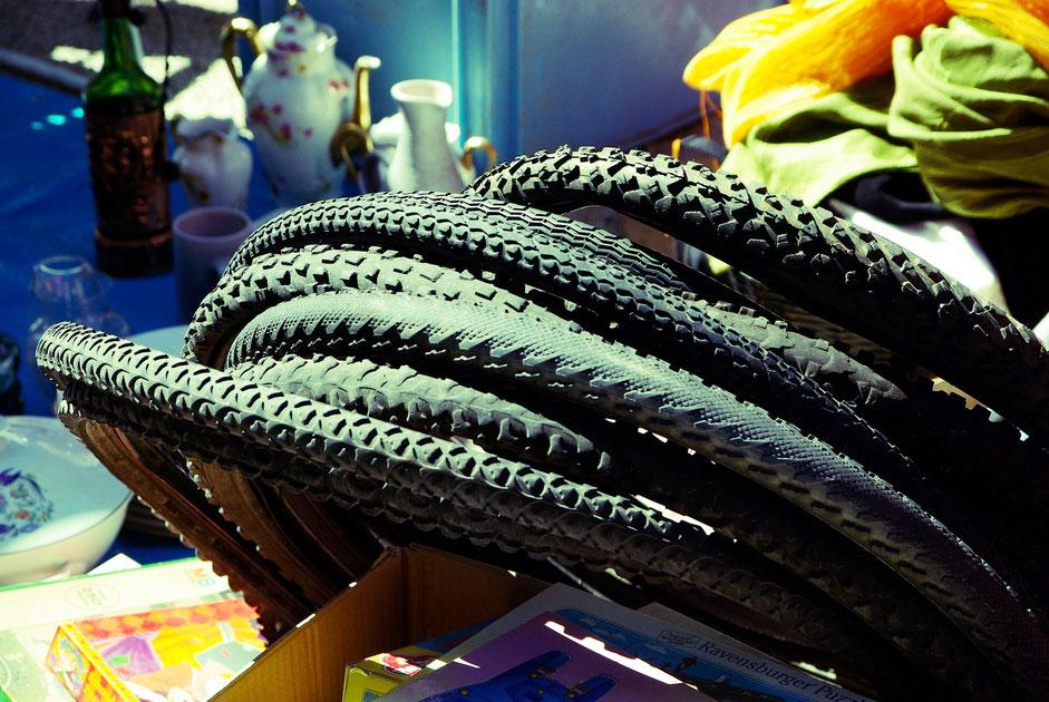 pneus de vélo VTT sur un marché aux puces