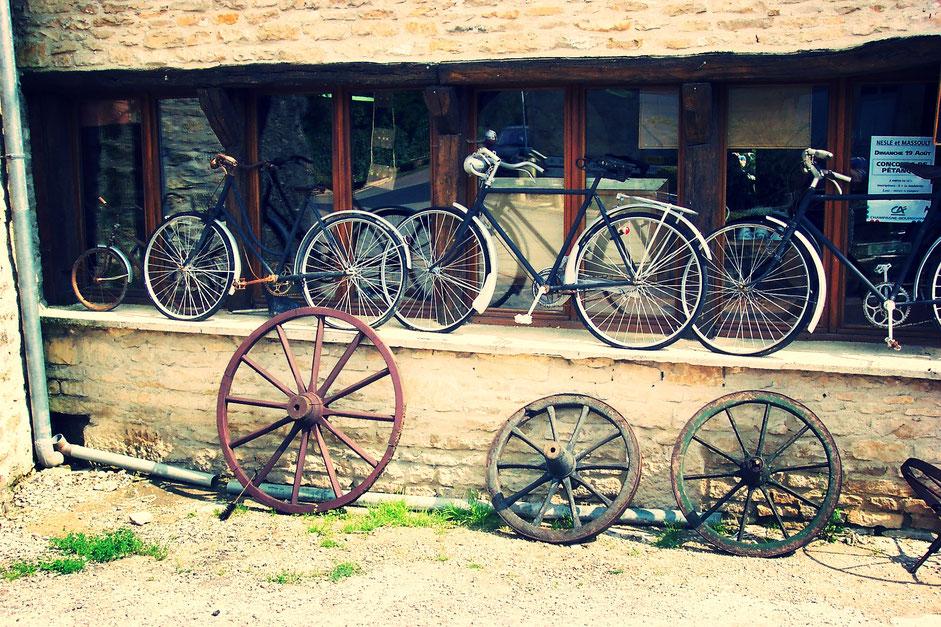 vélos d'occasion en exposition sur un marché aux puces