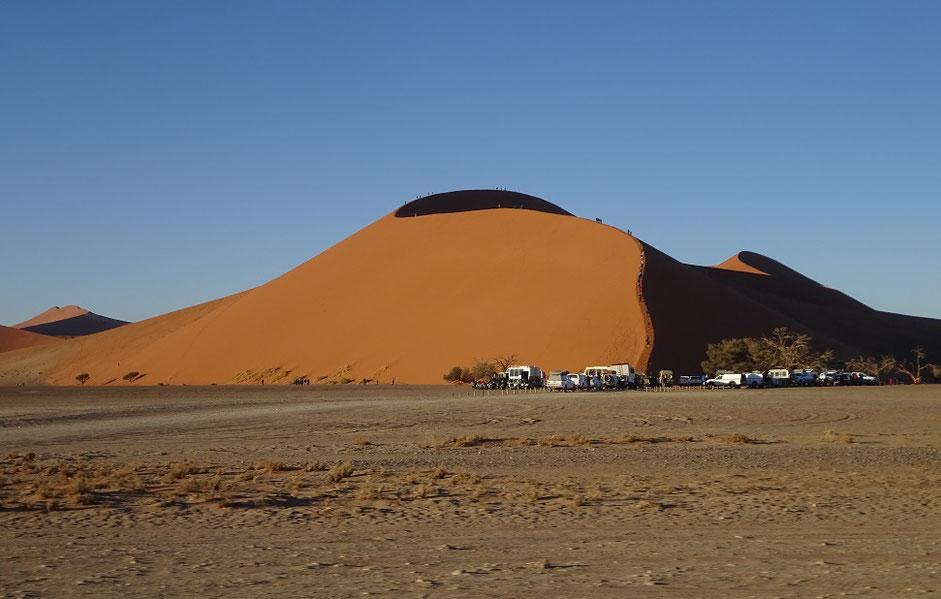 La Dune 45, très photogénique avec le parking bien plein et sa petite file de grimpeurs à l'allure de petites fourmis.