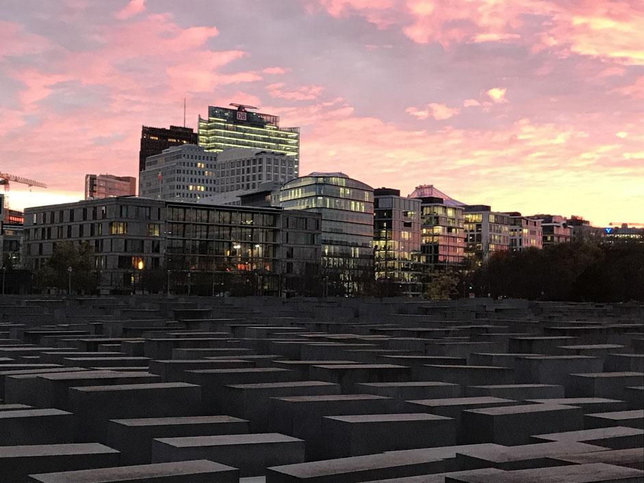 Himmel über Berlin - Blick über das Holocaustmahnmal in Richtung Potsdamer Platz - Berlin 05.11.2020 - Bild: Jens-Martin Rode