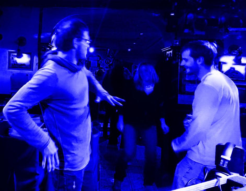 Der Chef tanzt vor.........
