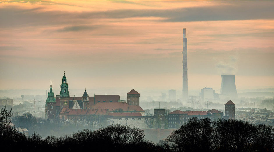 photo: Wawel Hill and Łęg Cogeneration and power plant before sunrise (by Jar.ciurus / wikipedia)
