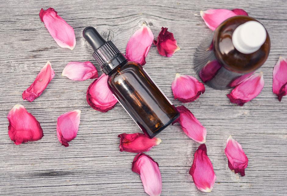 Oli essenziali con petali di rosa