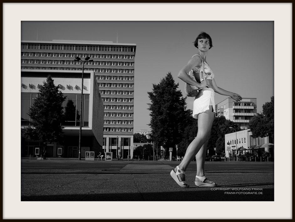 #026 - Near Kino International (2014-06-10) - Fine Art Print auf Shil Masterclass Baryta 290, archivfest, naturweiß, gepuffert, schwarzer Galerierahmen mit Passepartout