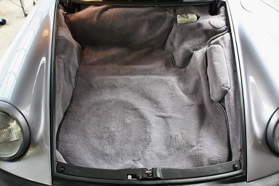 ポルシェ930フロアカーペットの汚れを洗浄後