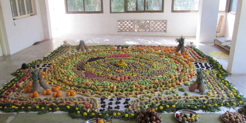 果物で形作られた神聖幾何学シュリ ヤントラ(ニティッシュ作。聖人マハラジの人生でも生涯初めて目にするスケールだった)
