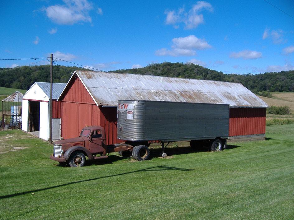 Bild: Alter Truck vor einer Scheune in Amerika