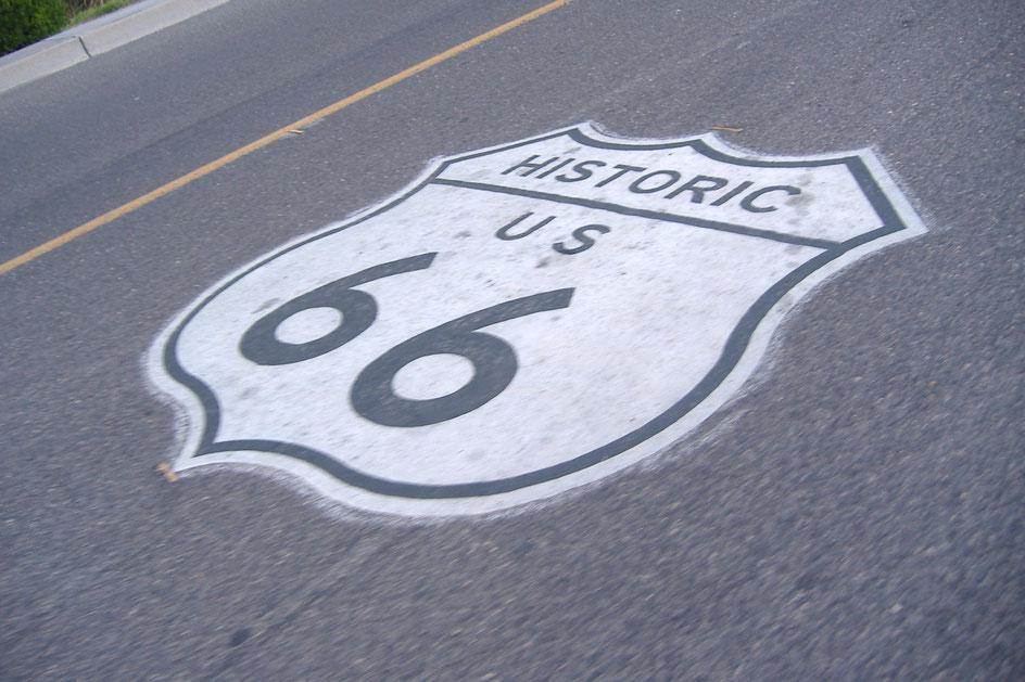 Bild: Route 66 Logo auf dem Highway