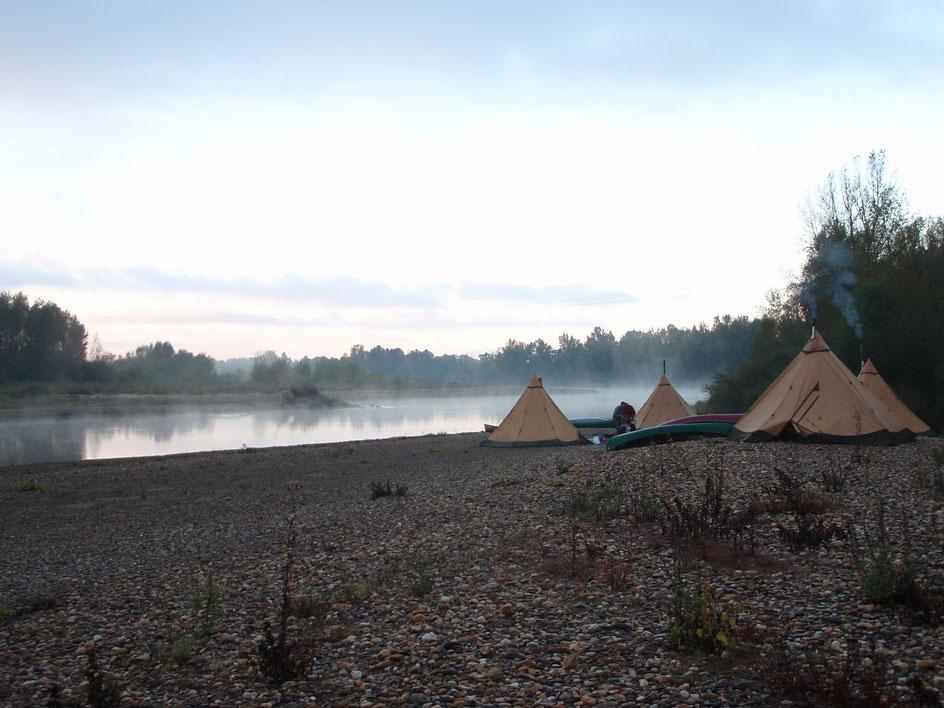 Morgenstimmung am Fluss mit mehreren Tentipi mit Zeltöfen von FIBI-STYLE